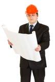 Homme d'affaires dans le plan de construction de fixation de casque Image stock