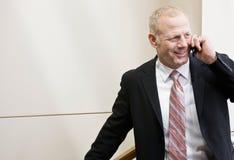 Homme d'affaires dans le plein procès parlant sur le téléphone portable Images libres de droits