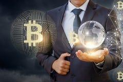 Homme d'affaires dans le réseau avec le bitcoin Images stock