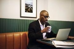 Homme d'affaires dans le restaurant pour un repas photos libres de droits