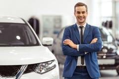 Homme d'affaires dans le Salon de l'Automobile photo libre de droits