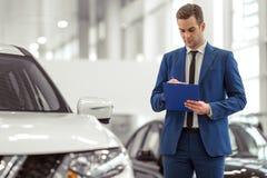 Homme d'affaires dans le Salon de l'Automobile Image libre de droits