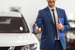 Homme d'affaires dans le Salon de l'Automobile Image stock