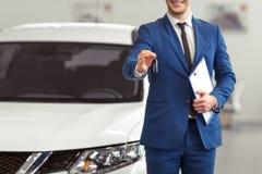 Homme d'affaires dans le Salon de l'Automobile Images stock