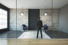 Homme d'affaires dans le salon moderne Photo stock