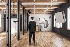 Homme d'affaires dans le studio de photo photos stock