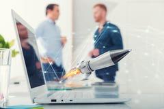 Homme d'affaires dans le travail de bureau pour un démarrage d'une société avec une fusée Photos libres de droits