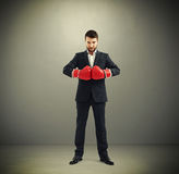 Homme d'affaires dans les gants de boxe rouges Images libres de droits