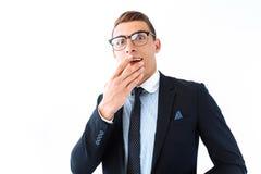 Homme d'affaires dans les verres et le costume, étonnamment choqués par les grands yeux a photo stock