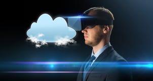 Homme d'affaires dans les verres ou le casque de réalité virtuelle Images libres de droits