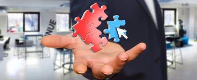 Homme d'affaires dans son bureau avec l'icône de puzzle Photographie stock