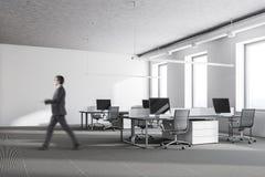 Homme d'affaires dans un bureau blanc Photographie stock
