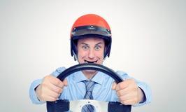 Homme d'affaires dans un casque rouge avec le volant Image stock