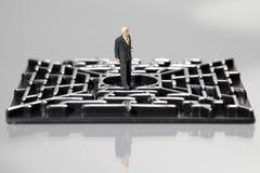 Homme d'affaires dans un labyrinthe Photo stock