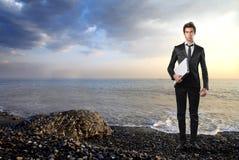 Homme d'affaires dans un paysage marin Photographie stock libre de droits