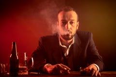 Homme d'affaires dans une barre Photos libres de droits