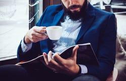 Homme d'affaires dans une veste bleue image libre de droits