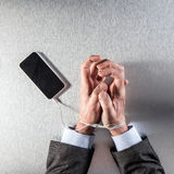 Homme d'affaires de bourreau de travail fortement à la corde de téléphone portable pour le burn-out technologic photo stock