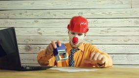 Homme d'affaires de clown travaillant dans le bureau clips vidéos