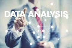 Homme d'affaires de concept d'analyse de données dirigeant l'interface image libre de droits
