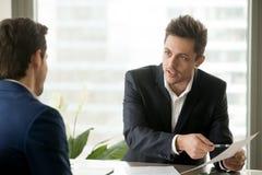 Homme d'affaires de consultation de conseiller financier, discussion contractuelle photo stock