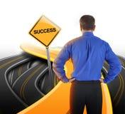 Homme d'affaires de décision regardant la route de réussite Images stock