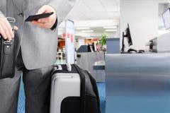 Homme d'affaires de déplacement appelant par le téléphone à l'aéroport Photo libre de droits