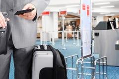 Homme d'affaires de déplacement appelant par le téléphone à l'aéroport Photos stock