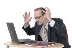 Homme d'affaires de Dissapointed travaillant sur l'ordinateur portatif Image libre de droits