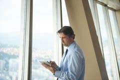 Homme d'affaires de Handosme travaillant au comprimé Image libre de droits