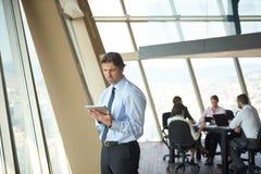 Homme d'affaires de Handosme travaillant au comprimé Image stock