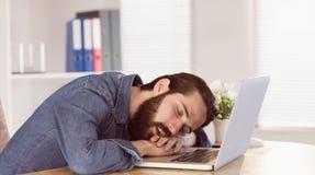 Homme d'affaires de hippie dormant à son bureau images stock