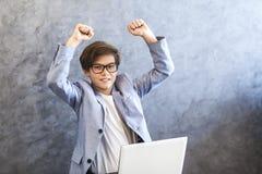 Homme d'affaires de l'adolescence heureux Photos stock