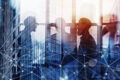 Homme d'affaires de poignée de main dans le bureau avec l'effet de réseau Concept de travail d'équipe et d'association Double exp image stock