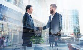 Homme d'affaires de poignée de main dans le bureau Concept de travail d'équipe et d'association Double exposition image stock