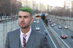 Homme d'affaires de regard futuriste avec le fond occupé de ville Photo libre de droits