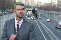 Homme d'affaires de regard futuriste avec le fond occupé de ville Photographie stock libre de droits
