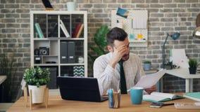 Homme d'affaires de renversement regardant penser de soupir de ondulation de tête de document au problème clips vidéos