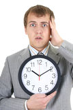 Homme d'affaires de Shoked retenant une horloge Photographie stock