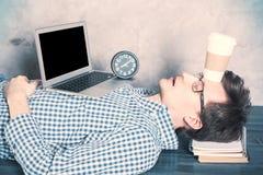 Homme d'affaires de sommeil avec l'ordinateur portatif Photos stock
