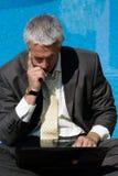 Homme d'affaires de souci avec l'ordinateur portatif Images stock