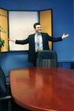 Homme d'affaires de sourire à une présentation Image libre de droits