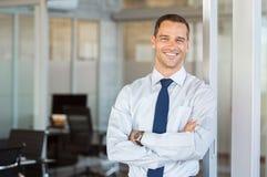 Homme d'affaires de sourire au bureau Photographie stock libre de droits