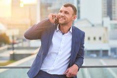 Homme d'affaires de sourire au téléphone Images libres de droits