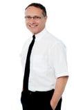 Homme d'affaires de sourire avec des mains dans des poches Photographie stock libre de droits