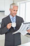 Homme d'affaires de sourire ayant le café pendant le matin avant travail Photo libre de droits