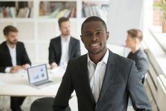 Homme d'affaires de sourire bel d'afro-américain regardant l'appareil-photo Images libres de droits