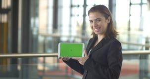 Homme d'affaires de sourire de tablette verte d'écran au service client de ventes de bureau banque de vidéos