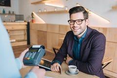 Homme d'affaires de sourire en café Photo libre de droits