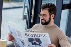 homme d'affaires de sourire en verres lisant le journal image libre de droits
